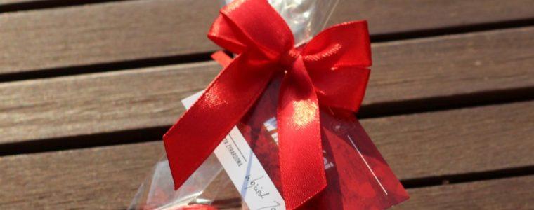 2 serduszka czekoladowe w torebce z bilecikiem i kokardką, min. 100szt.