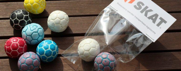 2 gumy lub czekoladowe piłki z blankietem z logo, min. 250szt.